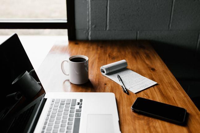 Laptop, boekje en pen