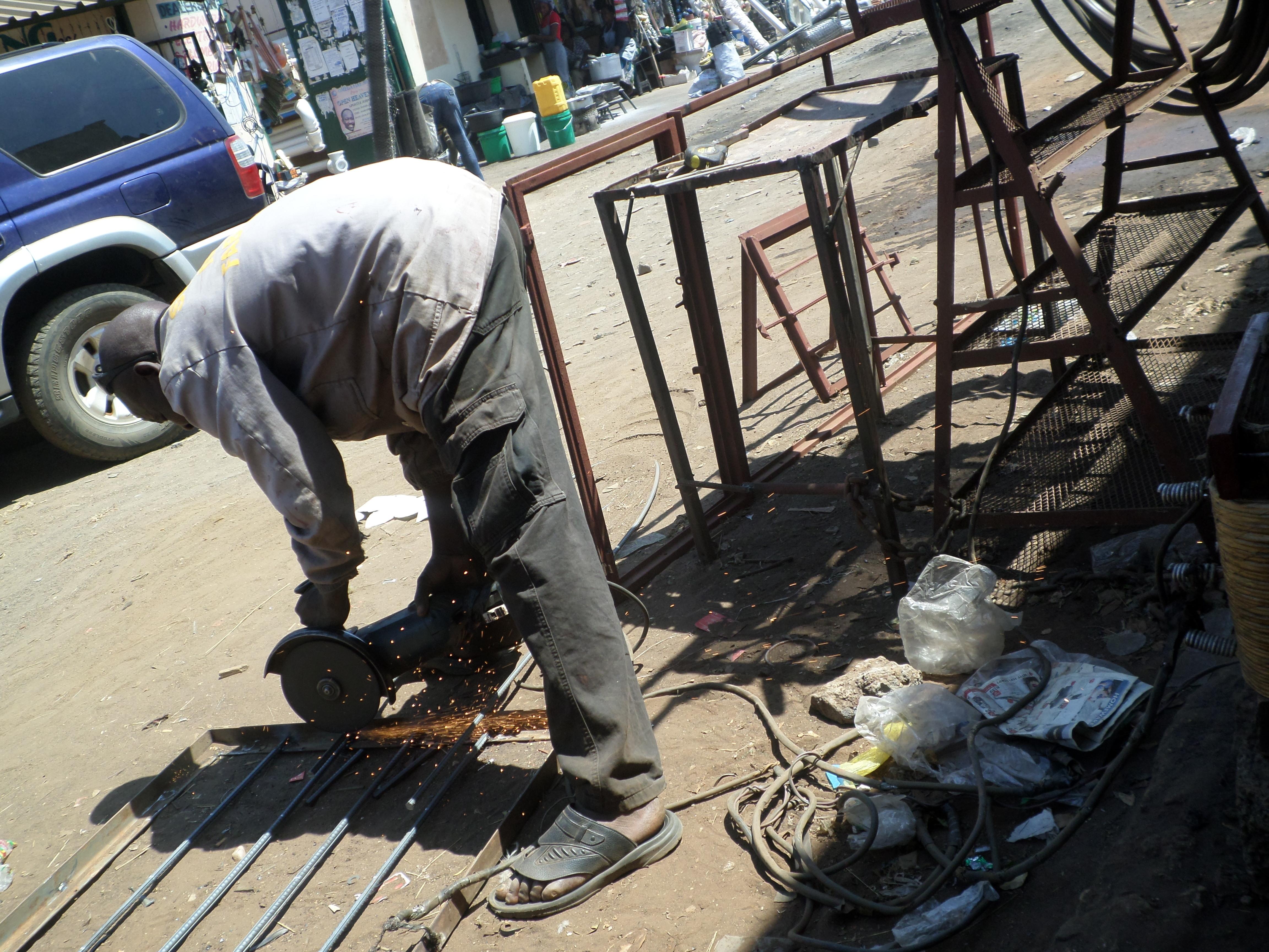 Worker using a metal-cutter_4489.JPG