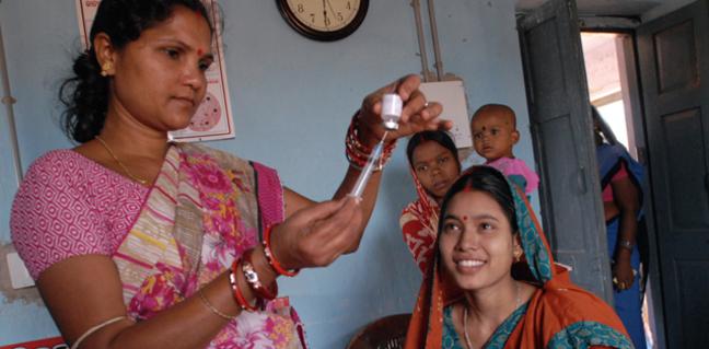 Индийская женщина-медработник готовит вакцинацию