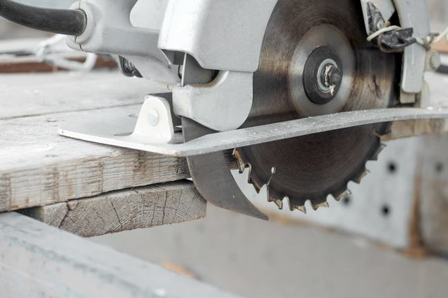 Circular saw with enclosed saw blade