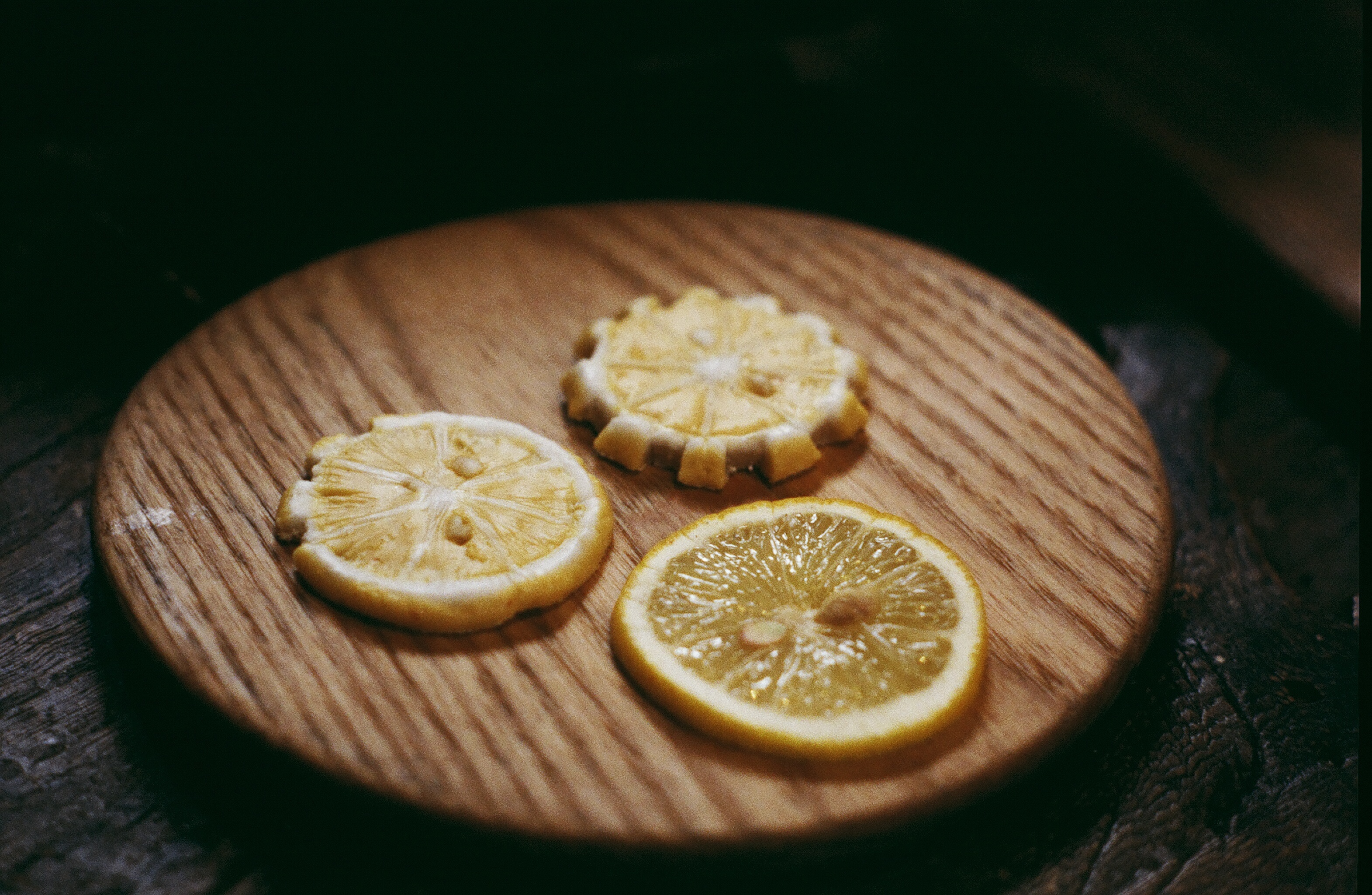 A photograph of lemon slices made from a sugar-paste, next to a real lemon slice