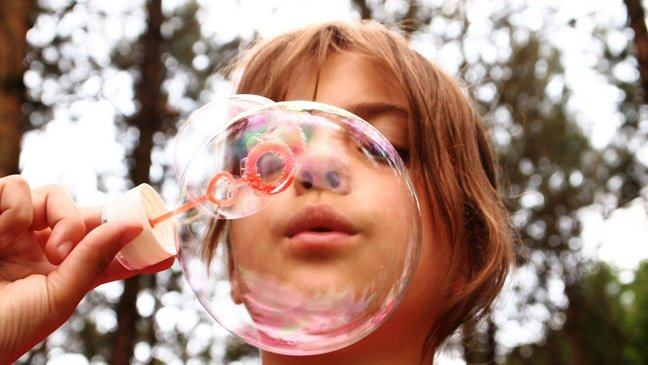 Girl blowing a bubble - Pixabay/FotoReith