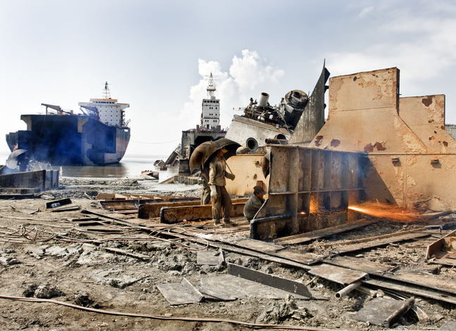 Ship_Breaking_by_Gas_Cutting_in_Bhatiary_Yard_01,_Chittagong_Bangladesh.jpg