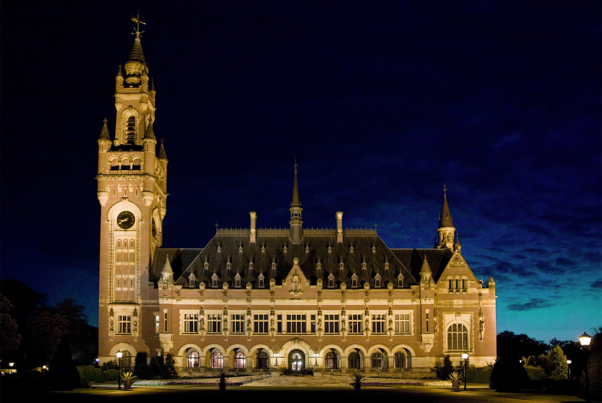 Photograph of the facade of the Peace Palace lit up at night time
