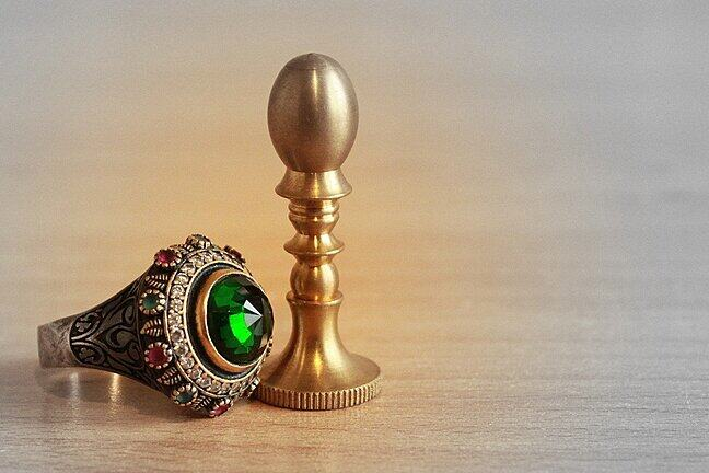 A green emerald ring.