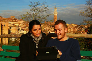 Learn Italian: two students talking on a hill in Siena