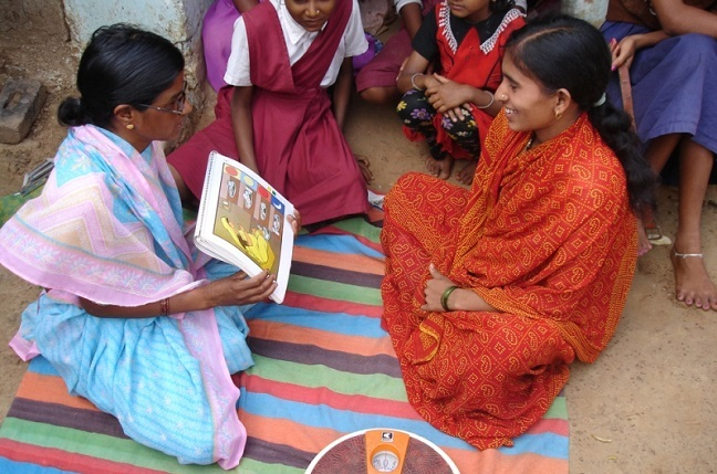 A Community Health Worker talks to an expectant mother in Bangladesh.