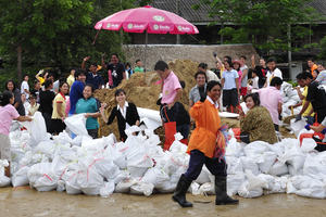 Thai community prepare for flooding by filling sandbags
