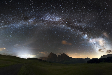 Photo of the arc of the milky way from earth