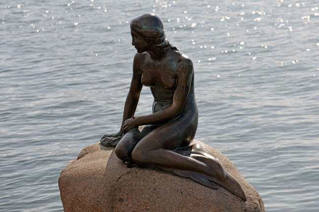 Image of the little mermaid statue in Copenhagen