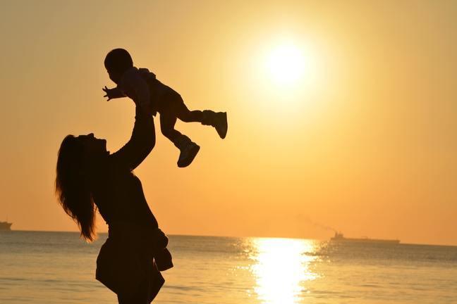 Moeder met baby op t strand