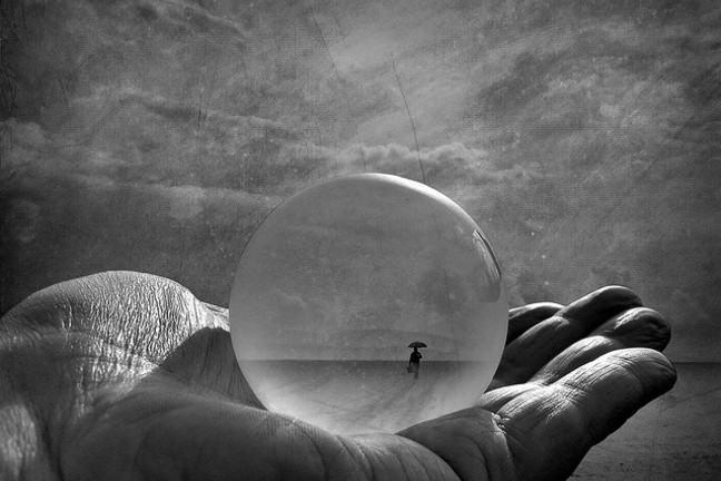 Foto en blanco y negro de una burbuja en una mano vuelta hacia arriba