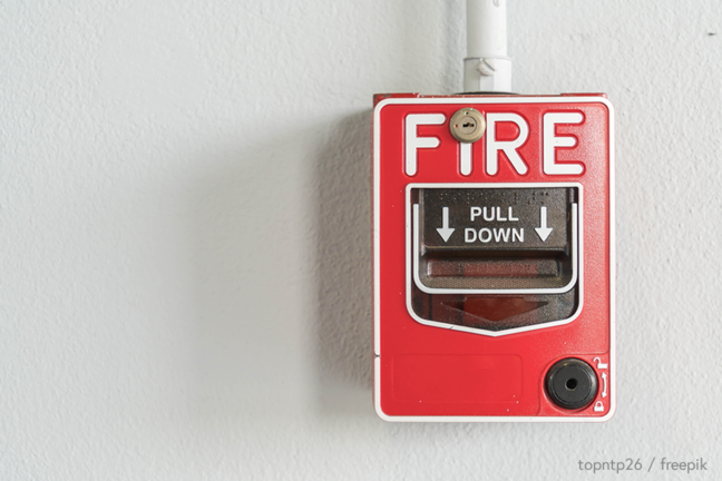 Firm alarm button on wall - topntp26 / freepik