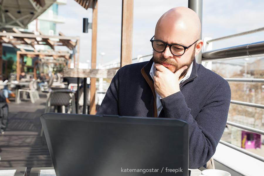 Man working on laptop - katemangostar / freepik
