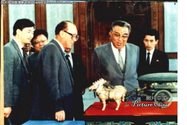 Chinese premier Zhao Ziyang paying a visit to Pyongyang, looking at the present he brought for Kim Il Sung