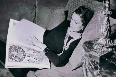 Brigitte Planté- Moral, Gabrielle Chanel on her beige suede sofa with quilted cushions, 1937 © Brigitte Planté- Moral