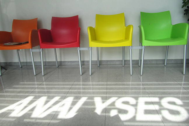 An image of colourful chairs with the word ANALYSES underneath.