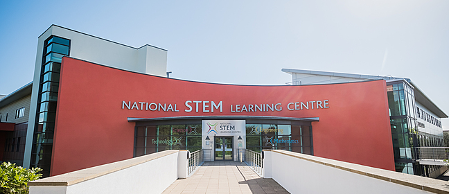 STEM teaching: a laboratory experiment with a teacher helping students
