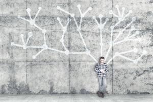 Jove autista amb una tauleta recolzat sobre un mur