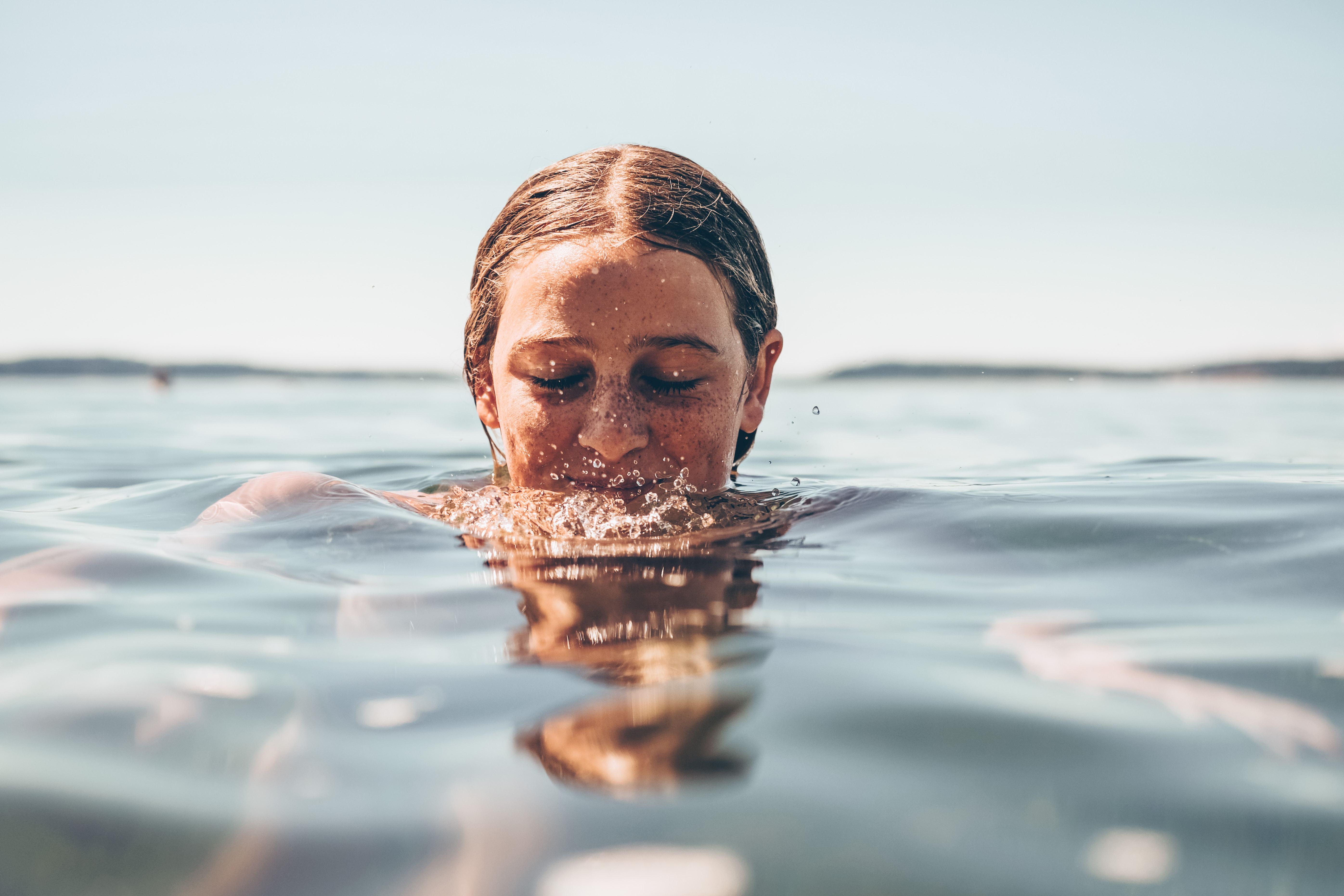 Vrouw aan het zwemmen