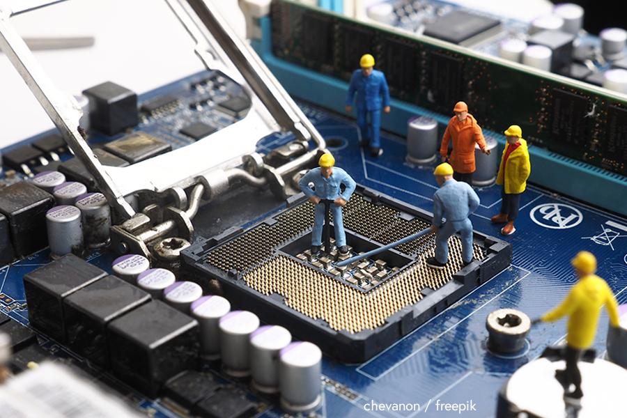Toy workmen repairing a computer - chevanon / freepik