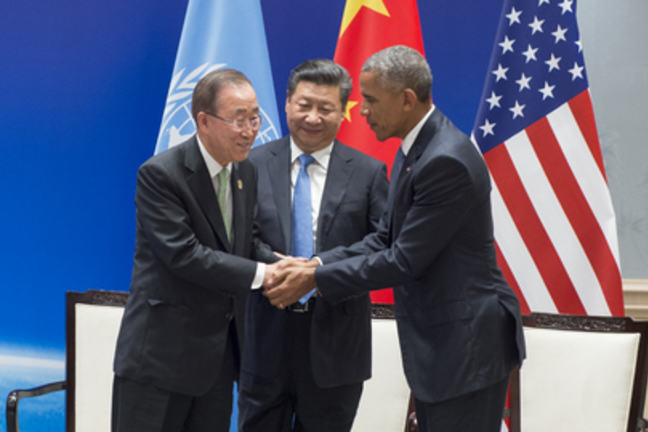 Secretary-General Ban Ki-moon (left) shakes hands with Barack Obama. Xi Jinping, President of the People's Republic of China, looks on.