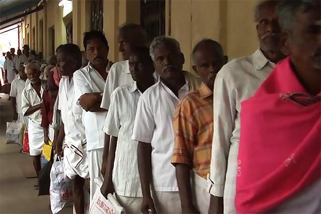 Une file de patients faisant la queue, Inde