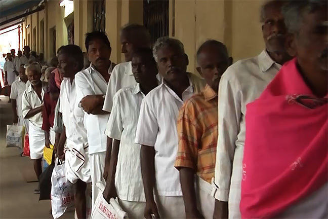 Une file de patients faisant la queue, Inde