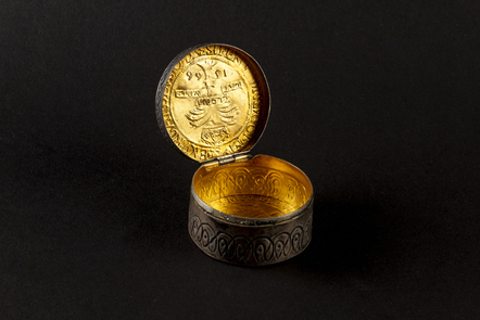 Possible snuff box inspired by the design of a 1566 Mary Queen of Scots ryal. Original coin dies may have been used to create the piece. The box is not made from actual ryals.