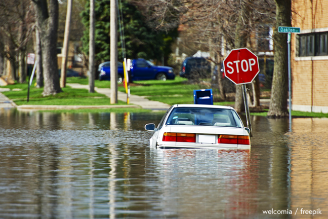 Car in flooded street - welcomia / freepik