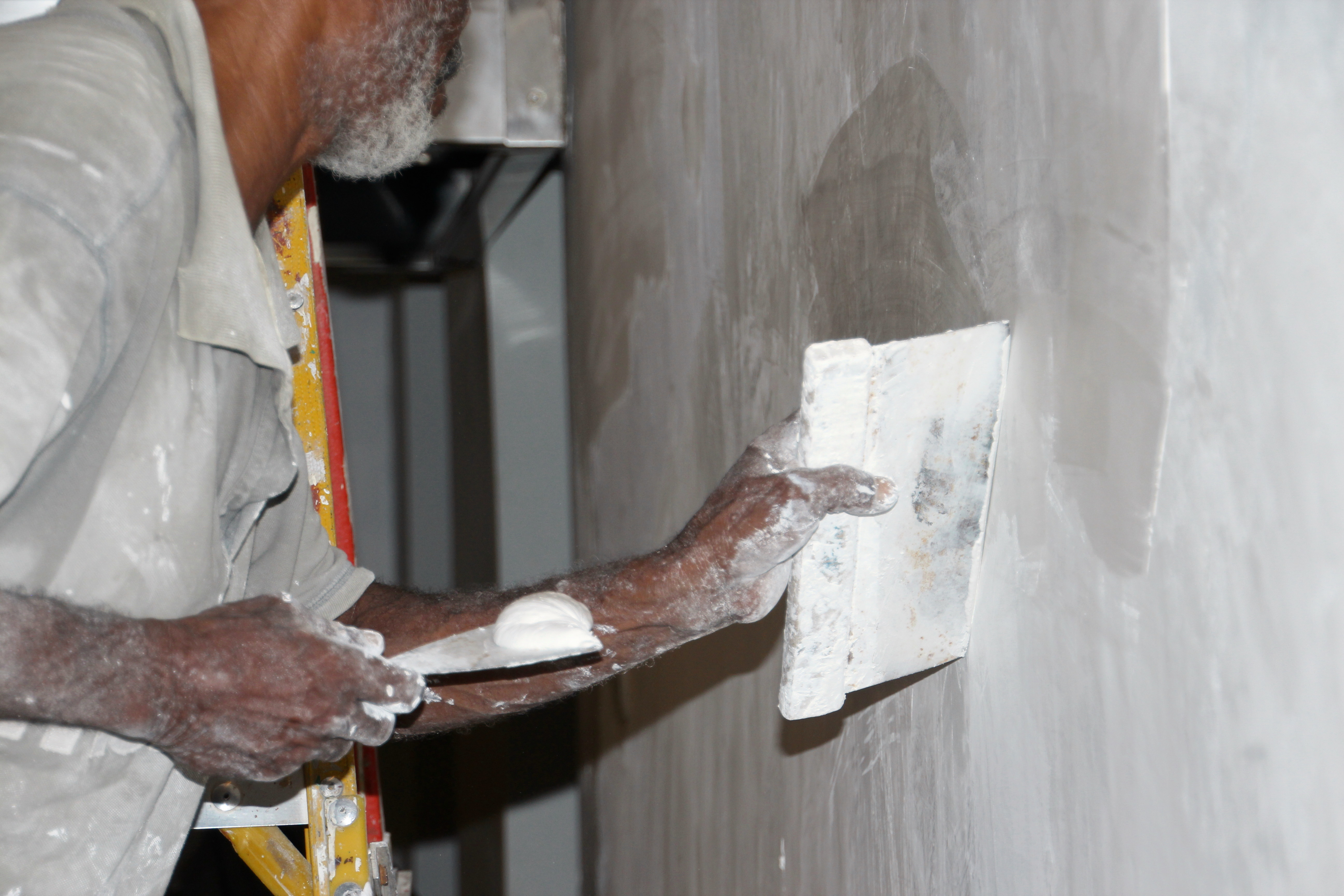 Painter who spackles a wall