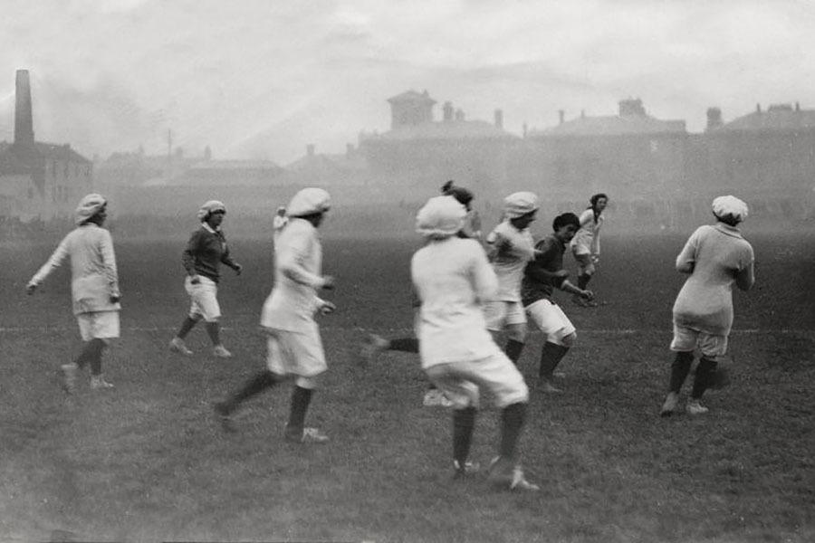 Women's football match from 1917